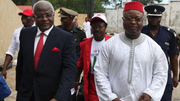 Présidentielle en Sierra Leone: les deux partis traditionnels au coude à coude lors des premières tendances