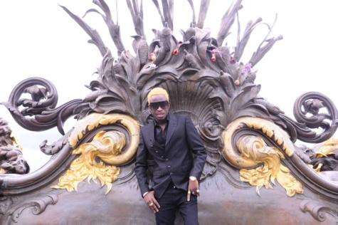 L'artiste Sidy Diop présente son new look avec son chou baby à Paris