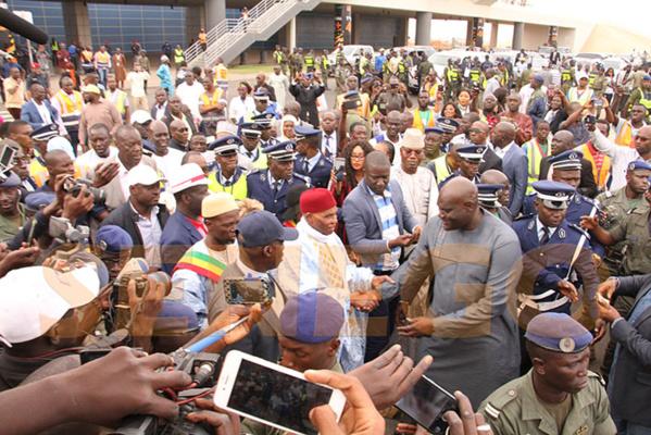 Me Wade est bien arrivé à Dakar, une foule immense à l'accueil. Regardez