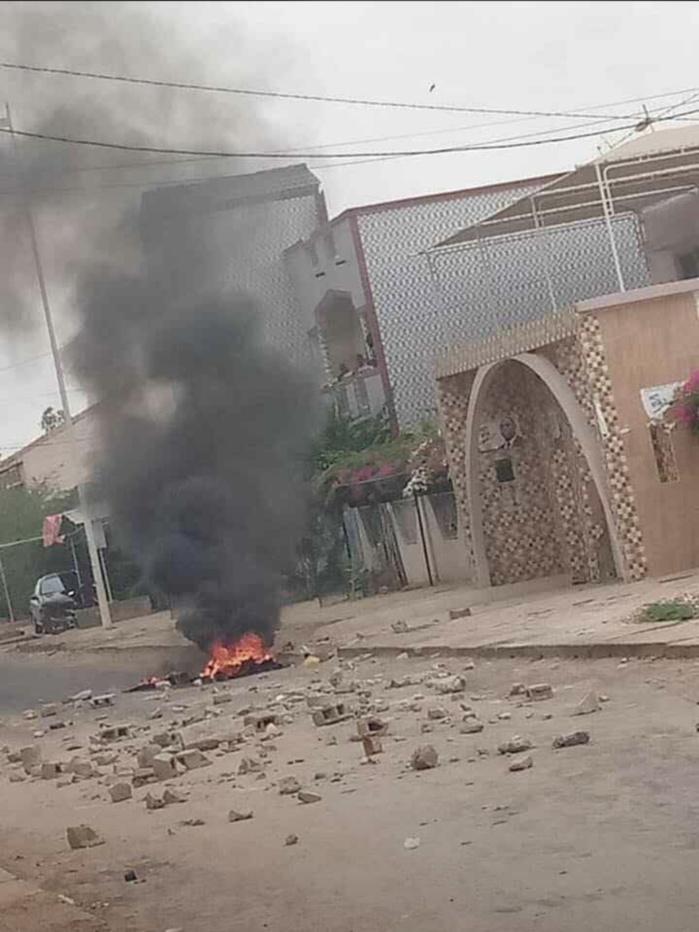 Fatick : De jeunes apéristes mettent le feu devant le domicile du président Macky SALL