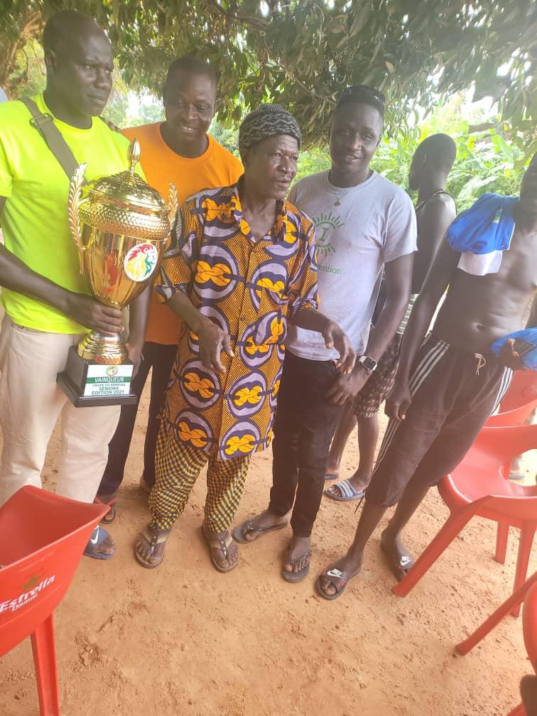 Le Casa-Sport présente son trophée aux rois d'Oussouye