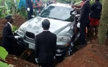 OHMONDIEU: Un homme enterre son père avec une nouvelle BMW